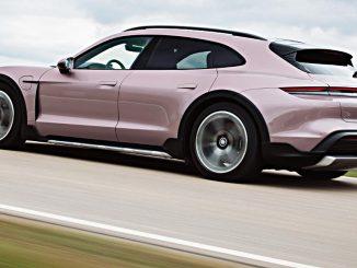 Ein Porsche Taycan 4 Cross Turismo in frozenberrymetallic fährt 2021 auf einer Landstraße.