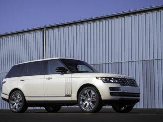 Ein weißer Range Rover steht vor einer fesnterlosen Wand.