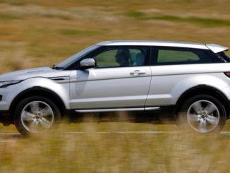 Ein silberner Range Rover Evoque fährt 2012 durch eine Steppenlandschaft.