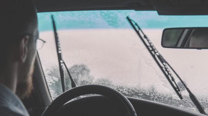 auto windschutzscheibe fahren regen scheibenwischer