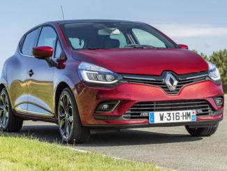 Ein roter Renault Clio steht 2016 am Rande einer Landstraße in Frankreich.