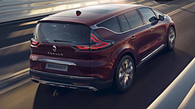 Ein roter Renault Espace der fünften Generation fährt 2019 auf einer Brücke.