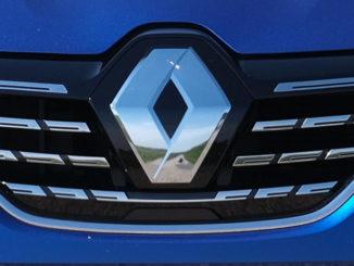 Logo auf dem Kühlergrill eines blauen Renault Mégane, E-TECH Plug-in, Renault, 2020
