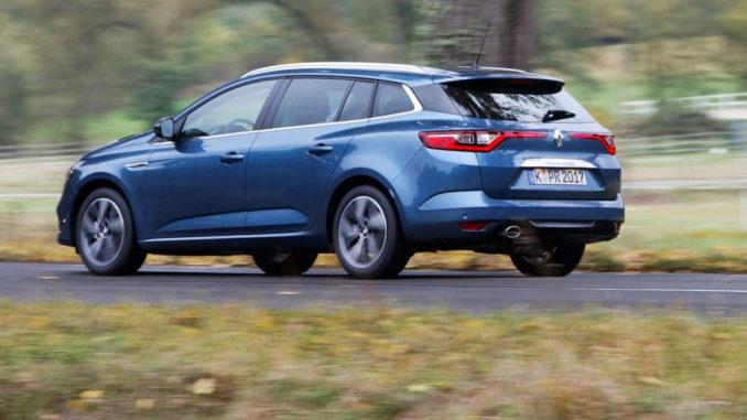 Ein blauer Renault Megane Grandtour fährt durch eine Herbstlandschaft.