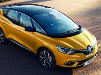 Ein gelber Renault Scenic steht 2017 auf einem Parkplatz in der Abenddämmerung.