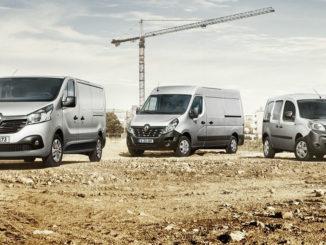 Silberne Renault Trafic, Master und Kangoo Rapid stehen 2018 auf einer Baustelle.