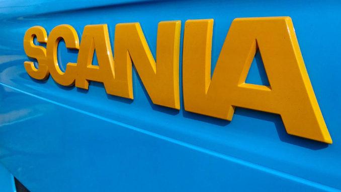 Gelber Scania-Schriftzug auf blauem Hintergrund