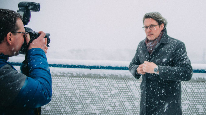 Bundesverkehrsminister Andreas Scheuer posiert auf einer Autobahnbrücke vor einem Fotografen.