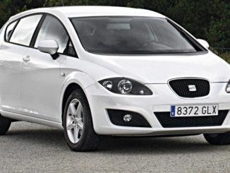 Ein weißer Seat Leon II (Typ 1P) steht 2009 am Waldrand.