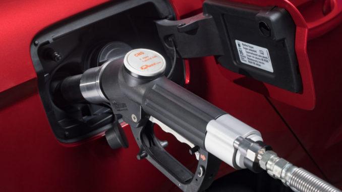 Bild vom SEAT CNG-Fahrevent auf Sylt 2018 mit einem roten Ibiza TGI beim Betanken
