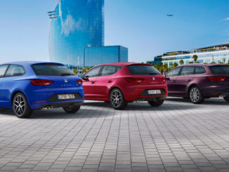 Alle drei Karosserievarianten des Seat Leon III (5F) stehen 2016 vor einem Hochhaus.