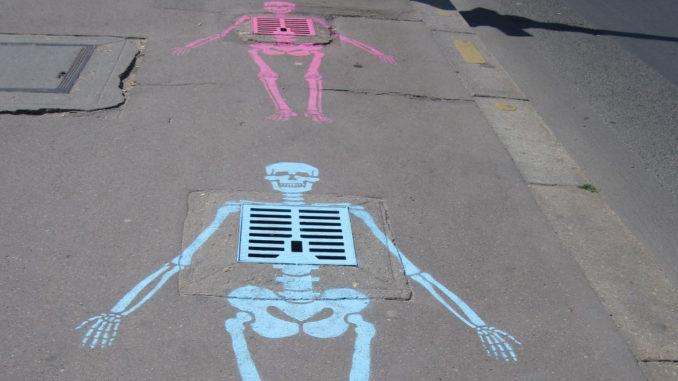 skelett kanalisation kreide kunst streetart tod unfall verkehrssicherheit