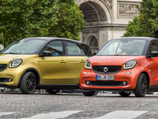 smart fortwo, Bodypanels in lava orange (metallic), tridion Sicherheitszelle in black; smart forfour, Bodypanels in black-to-yellow (metallic), tridion Sicherheitszelle in black, fotografiert 2014 vor dem Triumphbogen in Paris