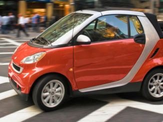 10 Jahre smart: smart fortwo passion cabrio - ein rotes exemplar fährt 2008 durch new york