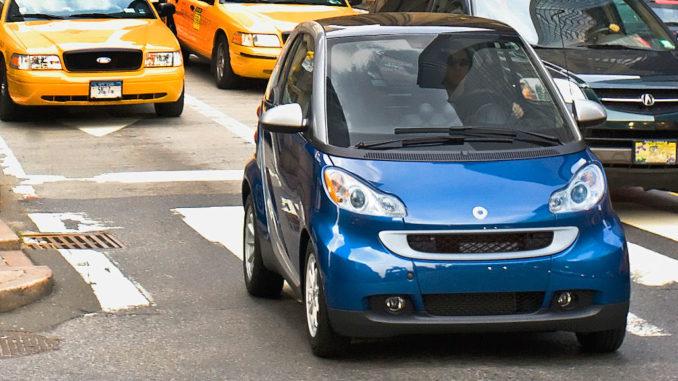 Ein blauer Smart Fortwo Passion fährt 2008 in den Straßen von New York.