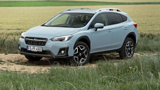 Ein hellblauer Subaru XV steht 2018 auf einem Feldweg.
