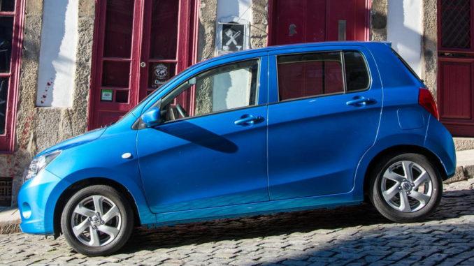 Ein blauer Suzuki Celerio parkt auf einer abschüssigen Straße.