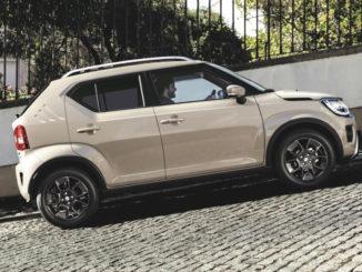 Ein grauer Suzuki Ignis fährt 2020 ein Straße bergauf.