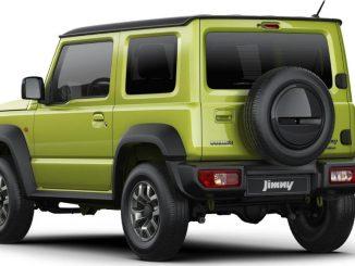 Studioaufnahme eines grünen Suzuki Jimny, aufgenommen 2018.