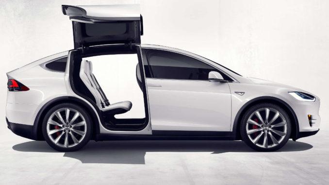 Ein weißer Tesla Model X im Fotostudio mit geöffneten Hecktüren