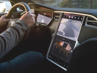 Hände am Steuer eines Tesla Model S inkl. Media Control Unit (MCU)