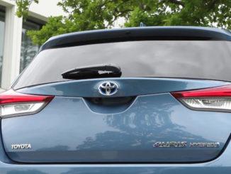 Heck eines hellblauen Toyota Auris Hybrid