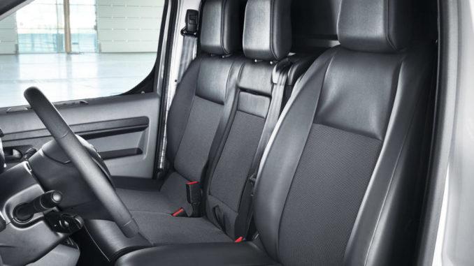 Innenraum eines Toyota Proace mit Doppelbeifahrersitz, aufgenommen 2016.