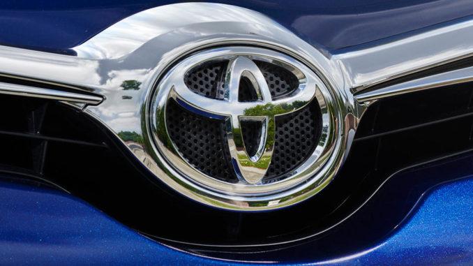 Toyota Logo auf einem blauen Auris von 2015.