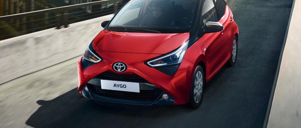 Ein roter Toyota Aygo fährt 2020 ein Parkhaus hinauf.