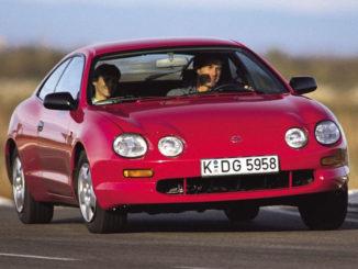 Ein roter Toyota Celica der sechsten Generation (T20) auf einer Teststrecke.