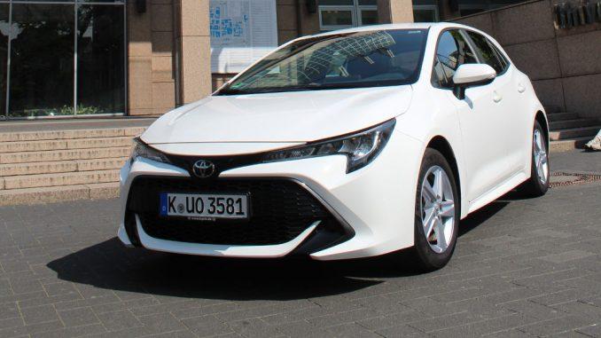 Ein weißer Toyota Corolla steht 2020 vor der Uniklinik Köln.