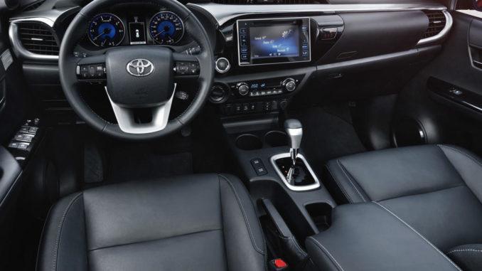 Schwarzes Interieur eines Toyota Hilux von 2016.