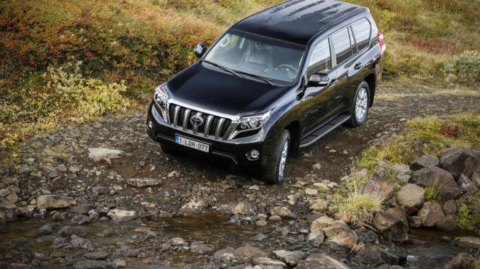 Ein schwarzer Toyota Land Cruiser ist 2015 im Gelände unterwegs.