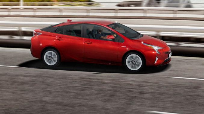 Ein roter Toyota Prius fährt 2018 über eine Brücke.