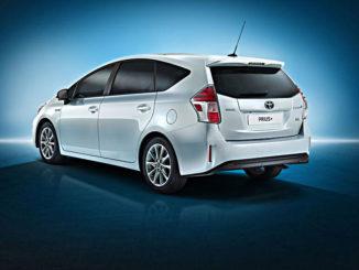 Studioaufnahme eines weißen Toyota Prius+ von 2014