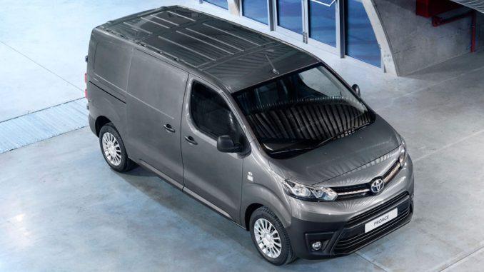 Ein grauer Toyota Proace-Van steht auf dem Betonboden einer Mehrzweckhalle.
