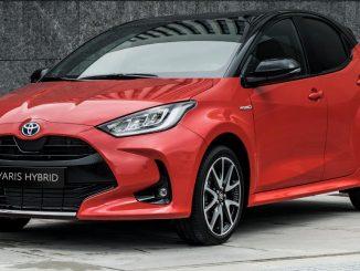 Ein roter Toyota Yaris Hybrid steht 2020 vor einer Granitwand.