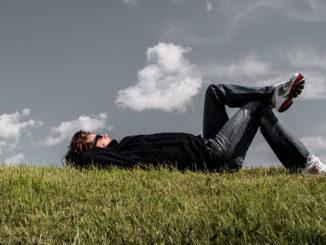 gras liegen ruhend entspannung mann junge denken