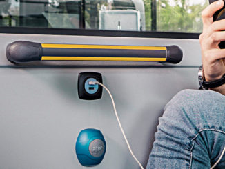USB-Steckdose in einem Mercedes-Benz eCitaro von 2018 mit vollelektrischem Antrieb, Interieur, Sitzbezüge: Schwarz-grau, , Beförderungskapazität: 1/86, 2 x elektrischer Radnabenmotor, 2 x 125 kW, 2 x 485 Nm