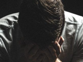 mann menschen dunkel schatten hände traurig