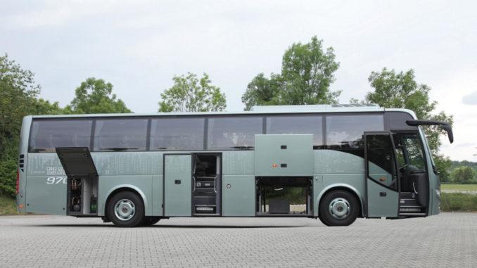 Ein grüner Volvo 9700 Omnibus steht mit geöffneten Türen auf einem parkplatz.