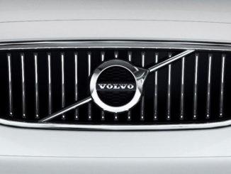 Exterieur, Kühlergrill eines weißen Volvo S90 in Großaufnahme