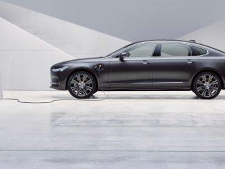 Volvo S90 Recharge T8 Plug-in Hybrid, Modelljahr 2021, Außenfarbe Thunder Grey, Studioaufnahme.