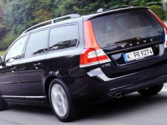 Volvo V70 Linje Svart Außenfarbe Saphir Schwarz-Metallic, 17''-Leichtmetallfelgen Pandora, Heck, Seitenansicht, Fahraufnahme vom Juli 2014