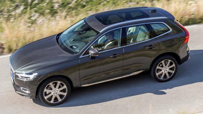 Zweite Generation des Volvo XC60 in Barcelona, D5 AWD Inscription, Außenfarbe Pine Grey Metallic, 20''-Leichtmetallfelgen im 8-Speichen-Design Diamantschnitt/Graphitoptik, Seitenansicht, Fahraufnahme