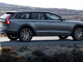 Ein grauer Volvo V90 Cross Country fährt 2016 durch eine Lavalandschaft.