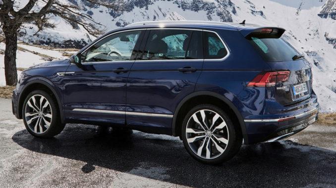 Ein blauer VW Tiguan R-Line steht 2017 im Hochgebirge.