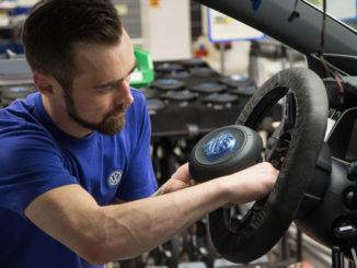 Volkswagen Werk Wolfsburg Einbau Airbag für Lenkrad Golf 7.
