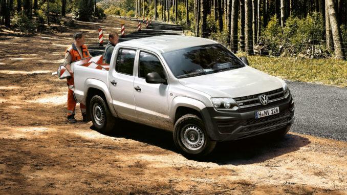 VW Amarok Trendline in weiß: viertürige Doppelkabine mit fünf Sitzplätzen und einer 2,52 Quadratmeter großen Ladefläche in der Cargobox. Darauf geht eine Europalette quer.