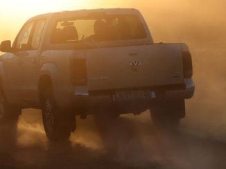 Impressionen bei der internationalen Offroad-Challenge 'Spirit of Amarok' 2019 in Südafrika: Fahrt im Amarok in den Sonnenuntergang.